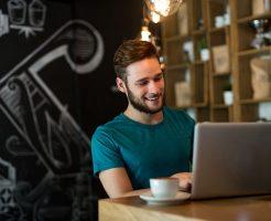 SSD搭載のノートパソコンで笑顔の男性