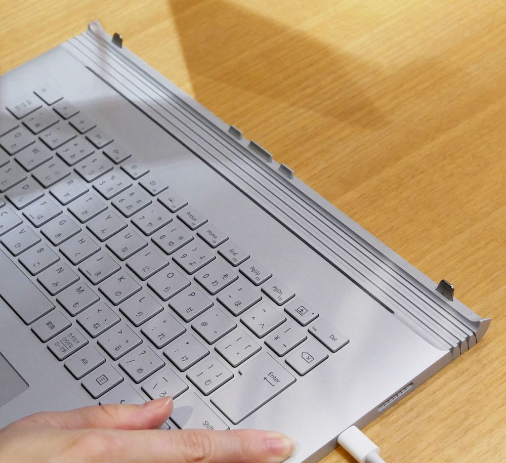 Surface Book 2 キーボードの取り外し