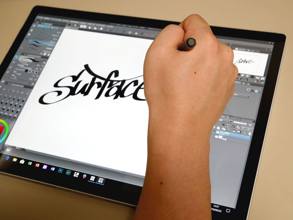 イラストレーターのアベベさんが描いているところ