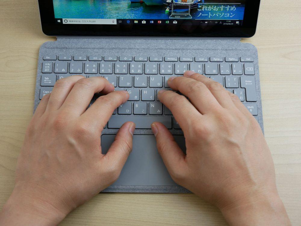 Surface Go用タイプカバーに手をのせたところ