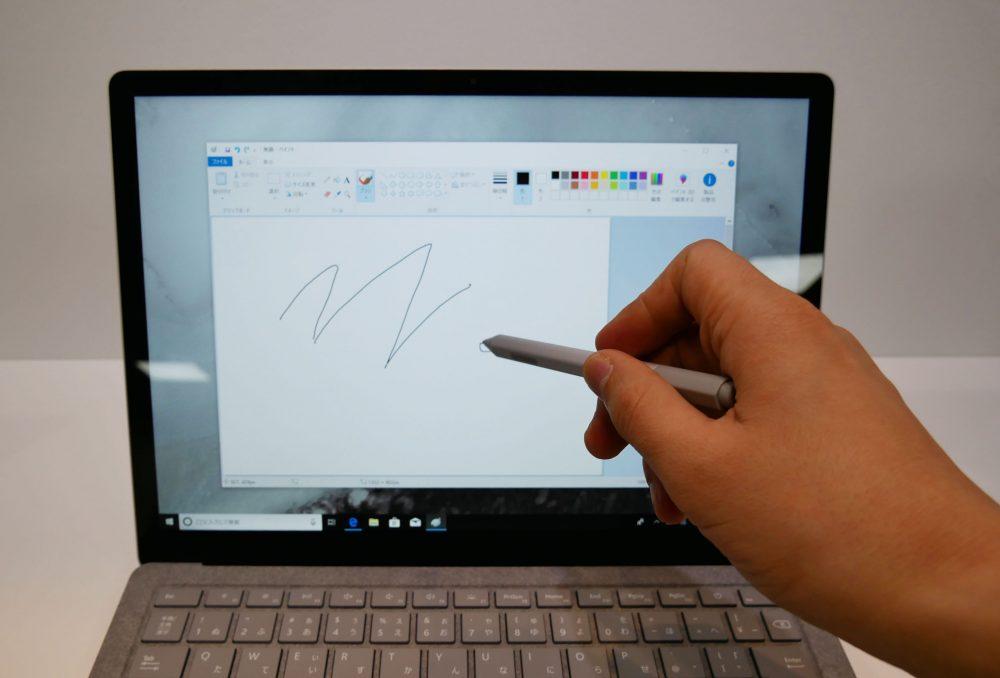 Surfaceペンで描いているところ