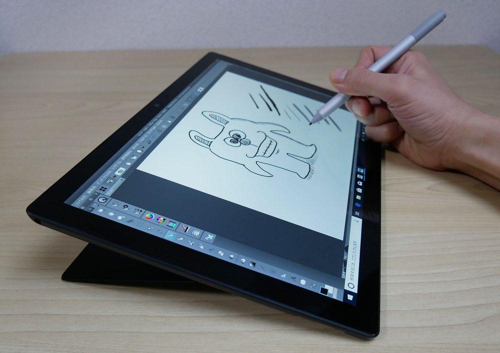 Surfaceペンでイラストを描いているところ