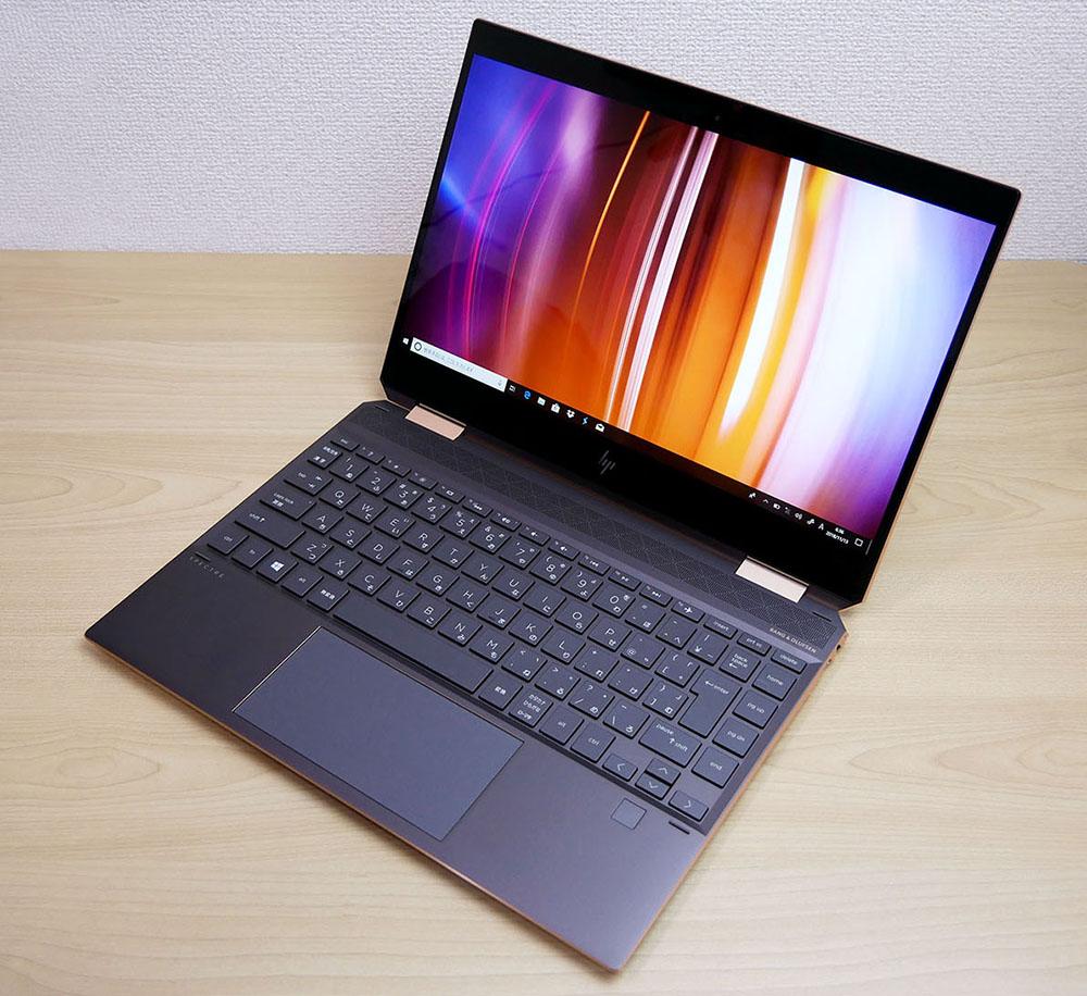 HP HP Spectre x360 13の外観。斜め上からのカッコいいアングル