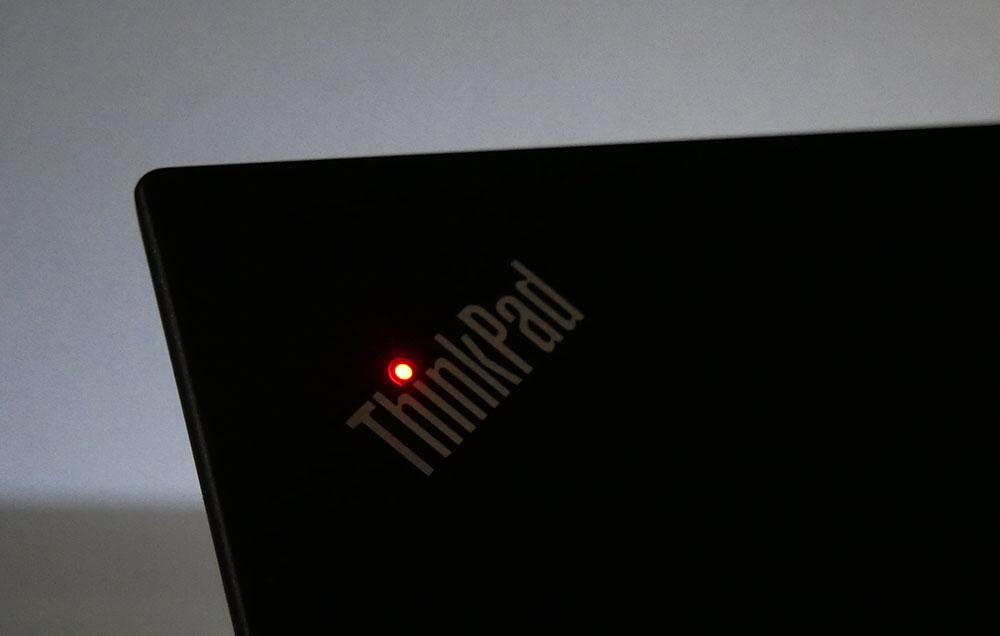 天板のThinkPadのiの時が光る