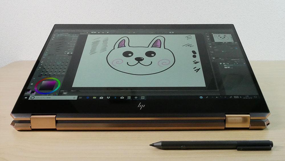ペンでイラストを描いているところ