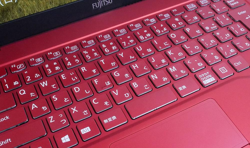 ガーネットレッドのキーボードのアップ