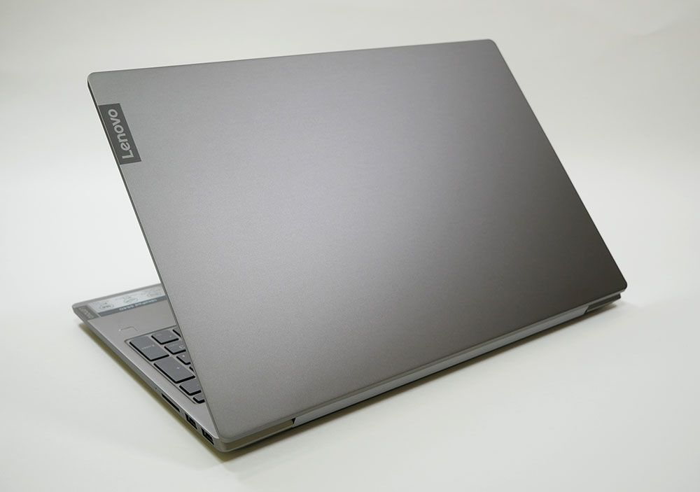 IdeaPad S540の外観 天板側から斜め上