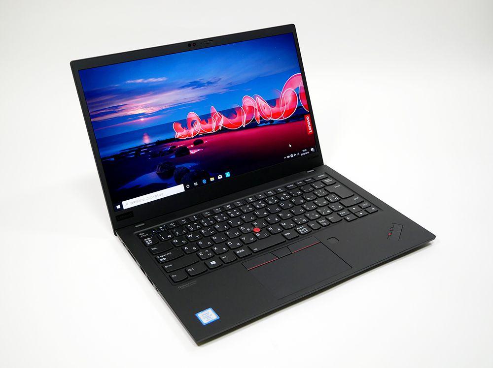 レノボ ThinkPad X1 Carbon (2019)の外観。斜め上からのカッコいいアングル