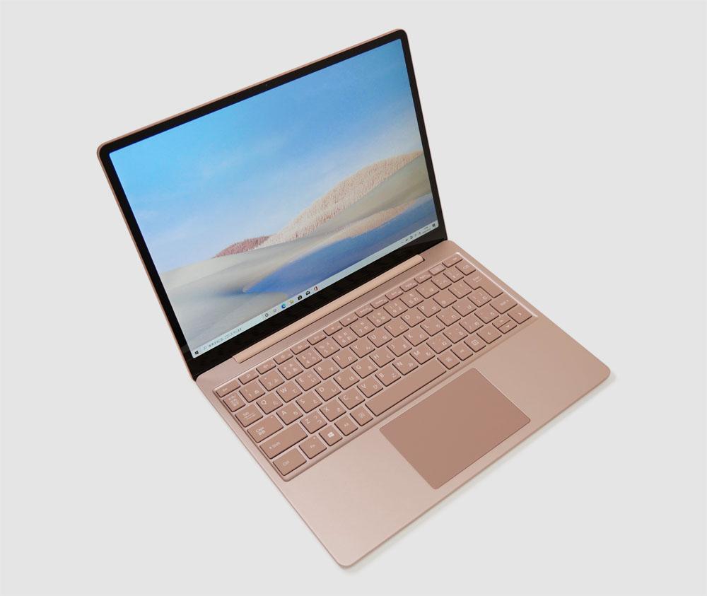 マイクロソフト Surface Laptop Goの外観。斜め上からのカッコいいアングル
