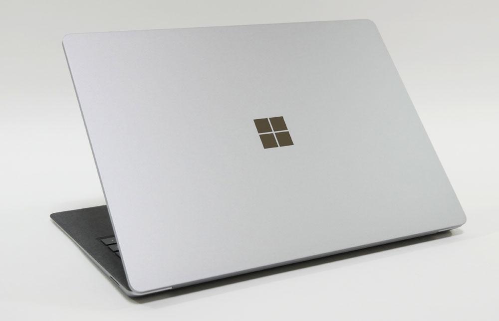 Surface Laptop 4 13.5インチモデルの外観 天板側から斜め上