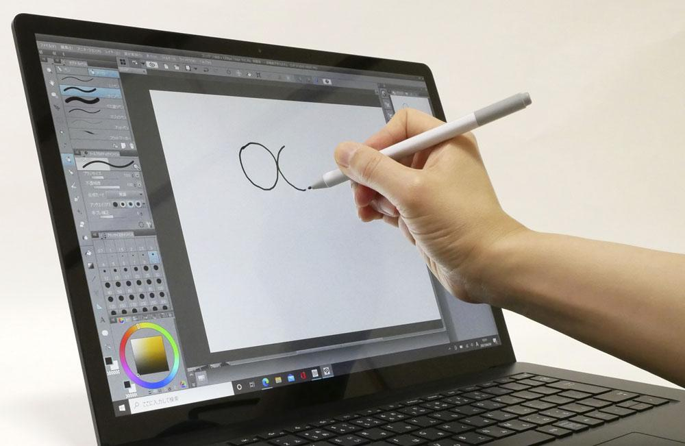 Surface Laptop 4でイラストを描いているところ