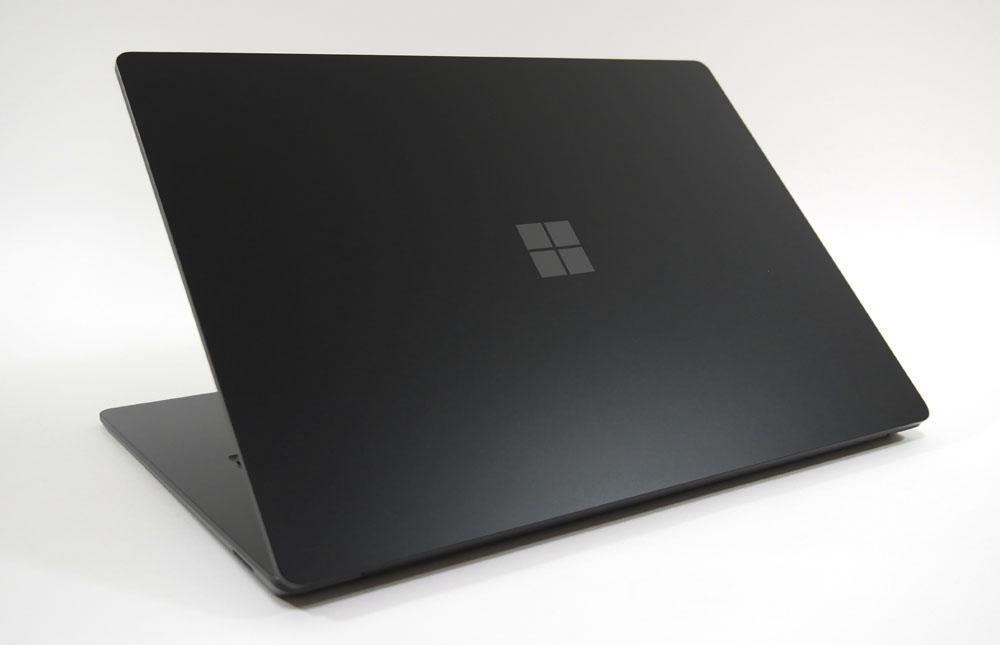 Surface Laptop 4の外観 天板側から斜め上